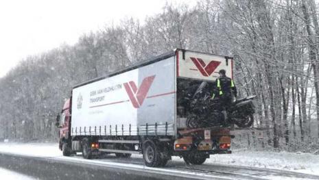 Van Veldhuizen trucker helpt motorrijder in nood